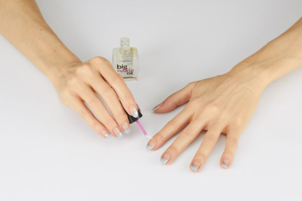 Po wyschnięciu lakieru, nałóż na skórki ,a następnie wmasuj olejek Sally Hansen Nail & Cuticle Oil.