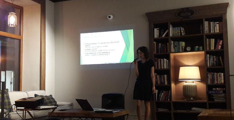 Dietetyk Anna Wieczorek podczas wykładu w kawiarni Sofa