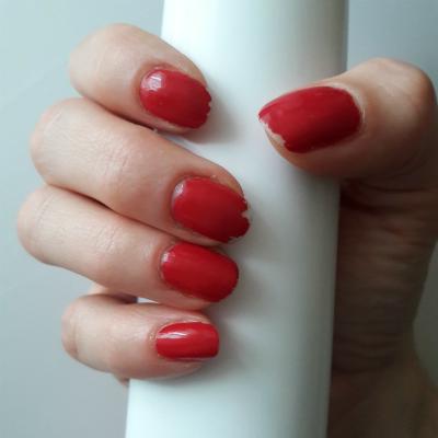 Paznokcie u prawej dłoni, pomalowane lakierem ICONails, efekt po tygodniu
