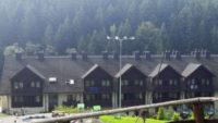 Hotel Wierchomla -widok na hotel od strony placu zabaw